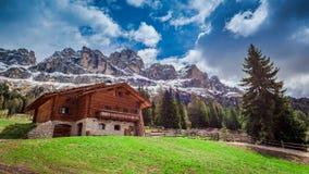 Bella vista del cottage nelle dolomia, Italia, Europa Fotografie Stock Libere da Diritti