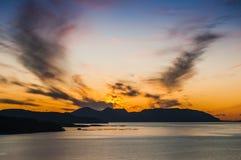 Bella vista del fiordo su un fondo di un cielo luminoso di tramonto norway Immagine Stock Libera da Diritti