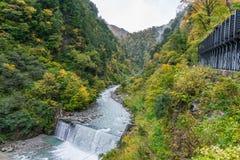 Bella vista del fiume blu della cascata e della montagna rocciosa della scogliera Immagine Stock