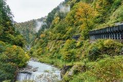 Bella vista del fiume blu della cascata e della montagna rocciosa della scogliera Fotografie Stock Libere da Diritti