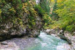 bella vista del fiume dell'acqua blu e della montagna rocciosa della scogliera con Fotografia Stock