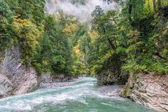 bella vista del fiume dell'acqua blu e della montagna rocciosa della scogliera con Fotografie Stock
