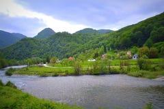 Bella vista del fiume della montagna immagini stock libere da diritti
