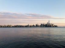 Bella vista del fiume hudson con NYC immagini stock libere da diritti