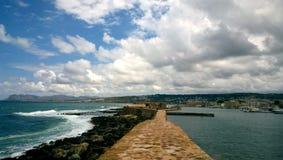 Bella vista del frangiflutti nella città di Chania - il mare selvaggio su un lato e su acqua calma d'altro canto fotografia stock