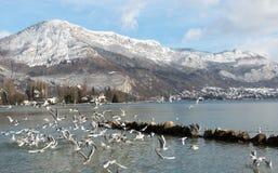 Bella vista del lago annecy in alpi francesi Annecy Haute Savoie france Immagine Stock