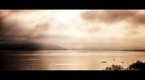 Bella vista del lago annecy in alpi francesi nel tramonto Fotografia Stock