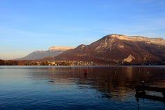 Bella vista del lago annecy in alpi francesi nel tramonto Immagine Stock Libera da Diritti