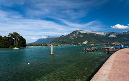 Bella vista del lago Annecy in alpi francesi, un giorno di estate Fotografia Stock