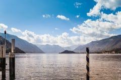 Bella vista del lago Como Italia da Bellagio Paesaggio con il porticciolo Sulle montagne delle alpi del fondo Regione della Lomba Fotografia Stock