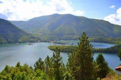 Bella vista del lago della montagna immagini stock libere da diritti