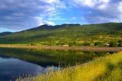Bella vista del lago di estate fotografie stock libere da diritti