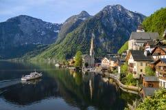 Bella vista del lago e della città Hallstatt con la barca che arriva Immagine Stock Libera da Diritti