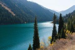 Bella vista del lago Kolsai dell'alta montagna nel Kazakistan, centr Immagini Stock Libere da Diritti