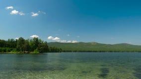 Bella vista del lago Paesaggio di estate con cielo blu, gli alberi ed il lago, timelapse stock footage