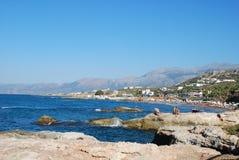 Bella vista del mar Mediterraneo e della riva rocciosa sotto il cielo blu immagini stock libere da diritti