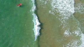 Bella vista del mare da sopra i surfisti e le onde stock footage