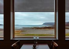 Bella vista del mare da una finestra di una cena fotografia stock