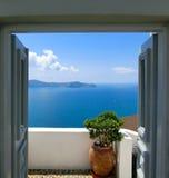 Bella vista del mare dal balcone Isola di Santorini, Grecia Fotografia Stock Libera da Diritti