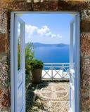 Bella vista del mare dal balcone Isola di Santorini, Grecia Fotografia Stock