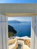 Bella vista del mare dal portone aperto Isola di Santorini, Grecia Fotografia Stock
