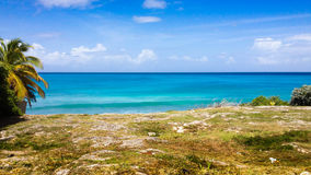 Bella vista del mare dalla scogliera in isola tropicale Fotografie Stock