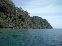 Bella vista del mare e della montagna blu fotografia stock libera da diritti