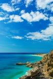 Bella vista del mare ionico con la spiaggia rocciosa in Albania fotografia stock