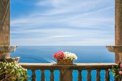 Bella vista del mare nella città di Positano dal terrazzo antico con i fiori, costa di Amalfi, Italia Fotografia Stock