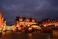 Bella vista del mercato pittoresco di Natale in Coburg al crepuscolo Germania immagine stock libera da diritti