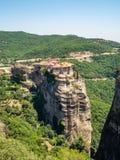 Bella vista del monastero Megala Meteora e delle sue montagne circostanti nella regione di Meteora, Grecia fotografie stock libere da diritti
