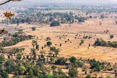 Bella vista del paesaggio del campo & degli alberi dalle montagne delle colline che sembrano impressionanti Fotografia Stock Libera da Diritti