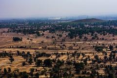 Bella vista del paesaggio del campo & degli alberi dalle montagne delle colline che sembrano impressionanti Fotografia Stock