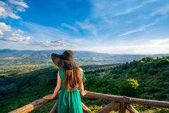 Bella vista del paesaggio della montagna dal terrazzo fotografia stock libera da diritti