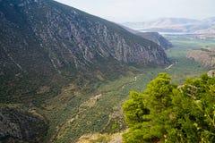 Bella vista del paesaggio della montagna di Parnassus, del percorso verde degli oliveti attraverso la città di Itea e del mare io fotografia stock libera da diritti