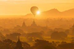 Bella vista del paesaggio della siluetta della mattina di alba in Bagan, Fotografia Stock