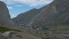Bella vista del paesaggio di piccolo paesino di montagna video d archivio