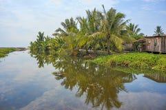 Bella vista del paesaggio vicino al fiume con la riflessione dell'acqua sul cocco Immagine Stock
