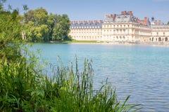 Bella vista del palazzo dalla riva dello stagno fotografie stock