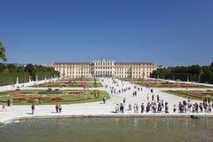 Bella vista del palazzo famoso di Schonbrunn con il grande giardino del Parterre a Vienna fotografie stock libere da diritti