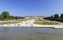Bella vista del palazzo famoso di Schonbrunn con il grande giardino del Parterre a Vienna fotografie stock