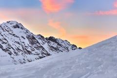 Bella vista del picco di montagna con la luce di tramonto sulla cima contro Fotografia Stock Libera da Diritti