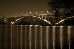 Bella vista del ponte della città di notte fotografie stock libere da diritti