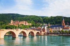 Bella vista del ponte e del castello di Alte Brucke Immagini Stock