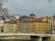 Bella vista del ponte, del fiume e delle costruzioni d'annata sulla riva nell'inverno Lione, Francia immagini stock libere da diritti