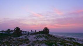 Bella vista del tramonto sopra la città ed il mare arabi dalla spiaggia, timelapse archivi video