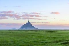 Bella vista dell'abbazia famosa di Le Mont Saint Michel sull'isola, Normandia, Francia del Nord, Europa immagini stock