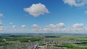 Bella vista dell'aria della città nella steppa La macchina fotografica traduce uniformemente dalla terra al cielo video d archivio