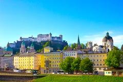 Bella vista dell'orizzonte di Salisburgo con Festung Hohensalzburg di estate, Salisburgo, Austria Immagini Stock Libere da Diritti