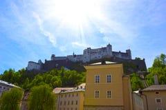 Bella vista dell'orizzonte di Salisburgo con Festung Hohensalzburg di estate, Salisburgo, Austria Fotografie Stock Libere da Diritti